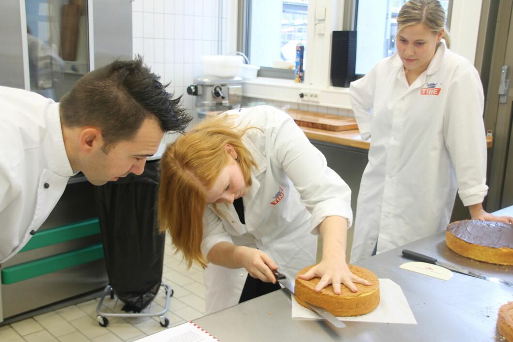 GODE TRIKS: Slik skal sukkerbrødet deles for å unngå skjev kake og boblete marsipanlokk. Konditor Bernhard Azinger lærer Janne Eftedal og Gina Taule Hella.
