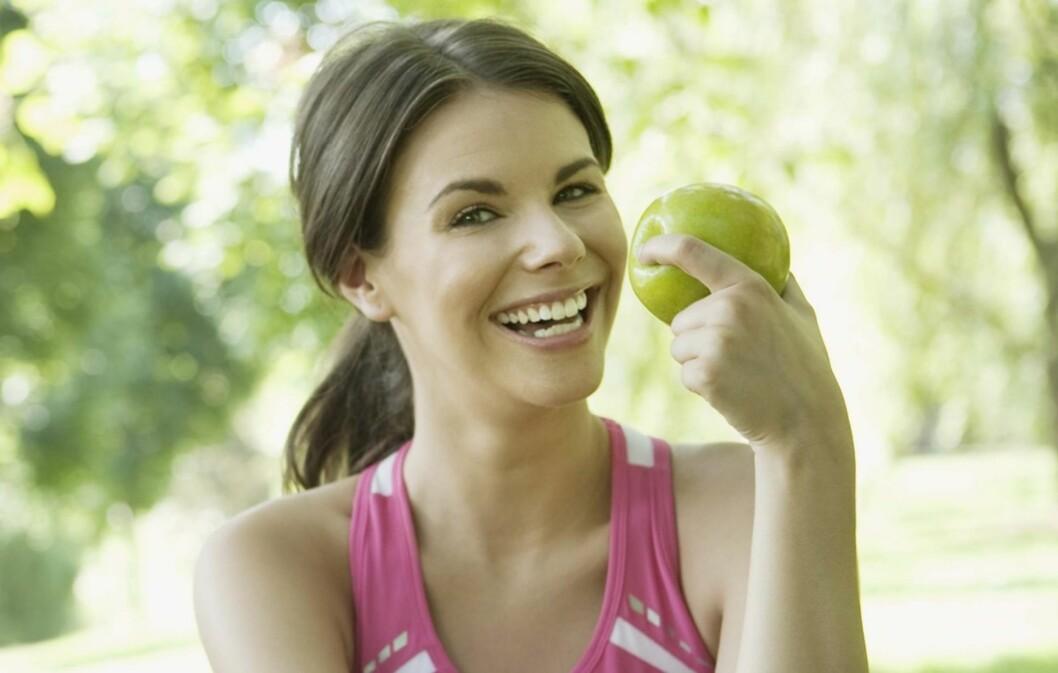 ETT EPLE OM DAGEN: Det å spise ett eple om dagen, kan bidra til å holde blodårene dine (også de til hjertet - kransarteriene) friske, noe som også kan redusere risikoen for hjerte- og karsykdommer.  Foto: www.jupiterimages.com