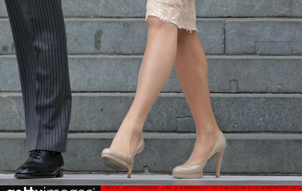 <strong>MILELANGE LEGGER:</strong> Catherine, hertuginnen av Cambridge, vet å kombinere hudfargede strømper med nude pumps for å gi inntrykk av av å ha enda lengre legger enn hun har.  Foto: All Over Press