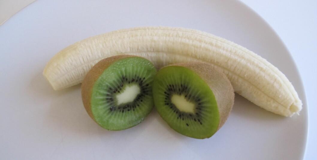 FRUKTDOSEN: En stor banan, og en stor kiwi, og du har dekket dagens fruktkvote (men du må selvsagt gjerne spise mer). Foto: Stine Okkelmo