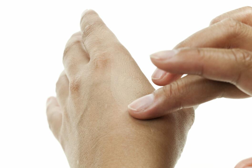 DROPP DETTE: Det er ikke noen vits å sjekke foundation på hånda. Den må testes i ansiktet for at du skal finne riktig farge. Foto: Per Ervland