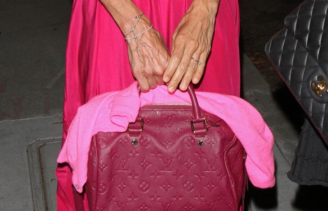 """ETTERTRAKTET SIDEN 1932: Louis Vuittons """"Speedy""""-bag, har vært svært ettertraktet siden den ble lansert på begynnelsen av 30-tallet. Her er Sarah Jessica Parker med den nye modellen Speedy 25 Bandouliere, som er bringebærfarget.  Foto: All Over Press"""