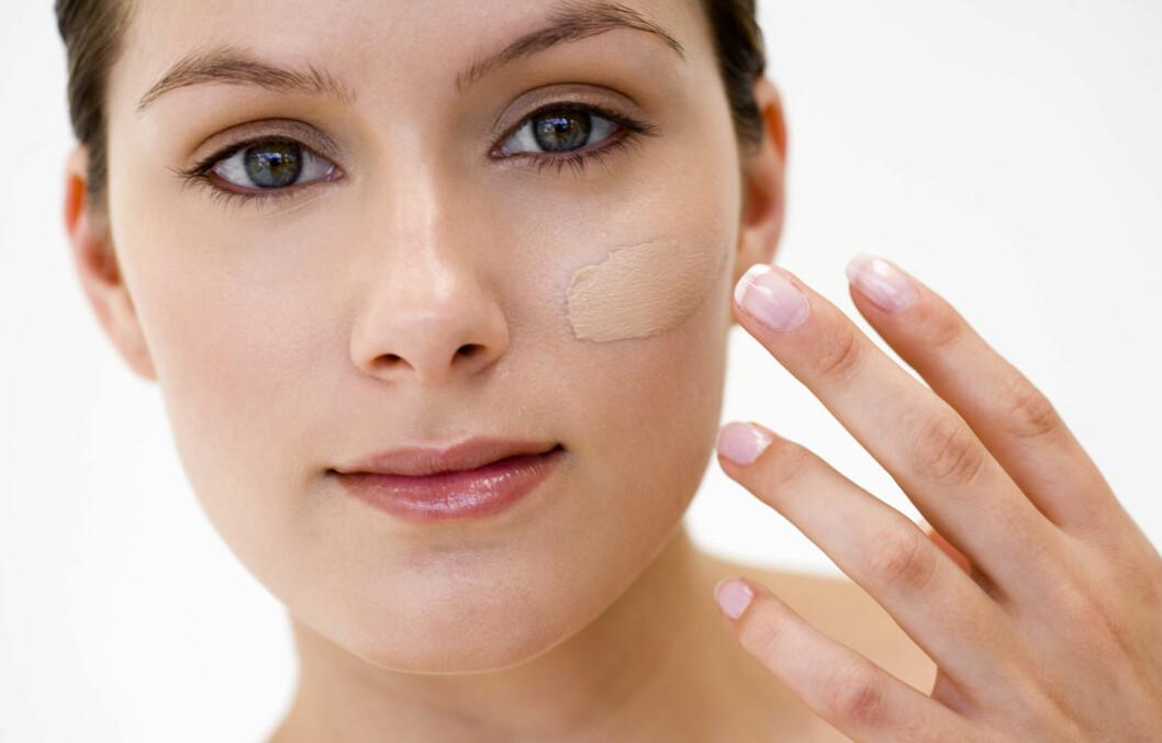 UNNGÅ MASKEEFFEKT: Det er ikke bare fargen som er viktig når du velger foundation. Du bør også ta hensyn til hudtypen din og velge et produkt som passer din hud, råder makeupartistene. Foto: Thinkstock