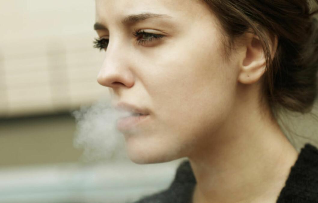 LUNGEKREFT: Røyking er den vanligste årsaken til at kvinner, og menn, utvikler lungekreft. Ny forskning viser imidlertid at det har vært en oppsiktsvekkende stor økning i antall tilfeller av lungekreft blant kvinner som IKKE røyker også de siste årene.  Foto: Getty Images/iStockphoto