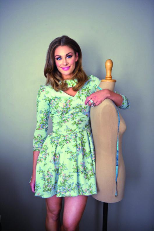 SYDD OM: Jenny Skavlan syr om mesteparten av klærne sine selv, inkludert dette antrekket.  Foto: Solveig Selj / Aschehoug