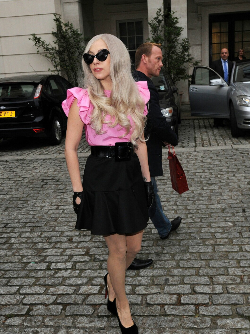 69499, LONDON, UNITED KINGDOM - Saturday November 12, 2011. Lady Gaga greets a hoard of fans and plants a kiss on a photographer in London. The pop megastar is in town to perform on The X Factor. Photograph: © PacificCoastNews.com **FEE MUST BE AGREED PRIOR TO USAGE** **E-TABLET/IPAD & MOBILE PHONE APP PUBLISHING REQUIRES ADDITIONAL FEES**ÊLOS ANGELES OFFICE: 1 310 822 0419ÊÊLONDON OFFICE OFFICE: +44 208 090 4079 / ALL OVER PRESS / ALL OVER PRESS Foto: All Over Press