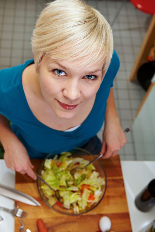 <strong>SMART:</strong> Lag en liten salat til forrett, så får du i deg grønnsaker, og spiser mindre til hovedrett. Foto: Panther Media