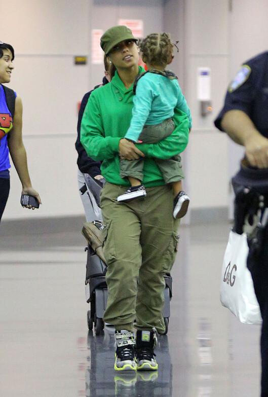 TRAVEL MAMMA: Alicia ble for to år siden mor til lille Egypt Dean, som hun har med ektemannen Swizz Beatz. Foto: All Over Press