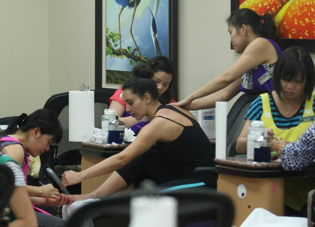BEHANDLINGER: Her er Kim på en neglesalong i Beverly Hills og får stelt føtter og hender samtidig som hun får massasje.  Foto: All Over Press