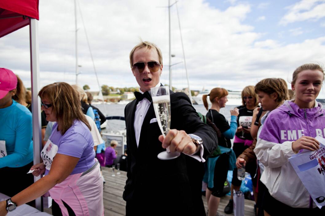 Tidligere Paradise Hotel-deltaker Petter Pilgaard var standsmessig antrukket for å gi deltakerne musserende etter målgang. Foto: Sara Johannessen
