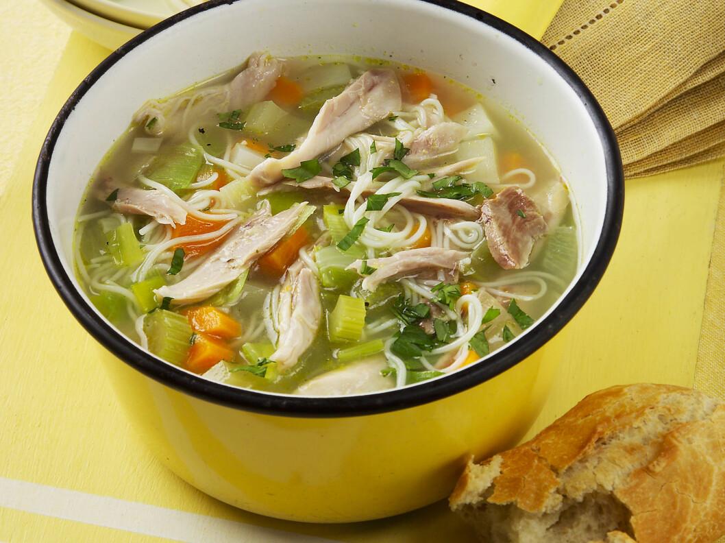 PRØV KYLLINGSUPPE: Kjenner du forkjølelsen komme, prøv en sterk kyllingsuppe, gjerne thailandsk. Oppskrifter får du lenger ned i denne saken. Foto: All Over Press