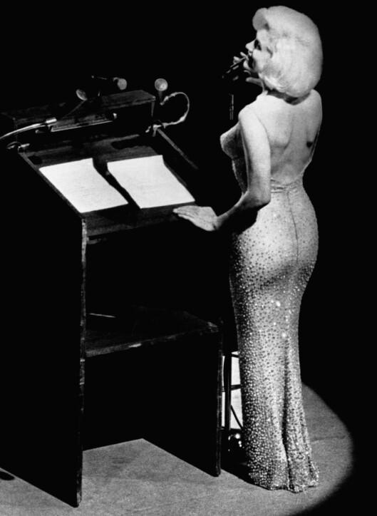 FIGURNÆRT: Marilyns scenekjoler var pinetrange, og spesialsydde for å følge hennes kurver som pølseskinn. Det var ikke plass til undertøy, noe som gjorde sex appealen hennes enda større. Her en lekker sak hun hadde på seg da hun sang bursdagssangen for president Kennedy i 1962, bare oen måneder før hun døde-. Foto: All Over Press