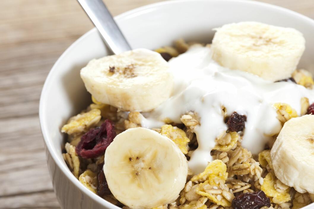 VELG LETT YOGHURT: Yoghurt er blant annet perfekt som mellommåltid, men husk å sjekke innholdsfortegnelsen.  Foto: Colourbox
