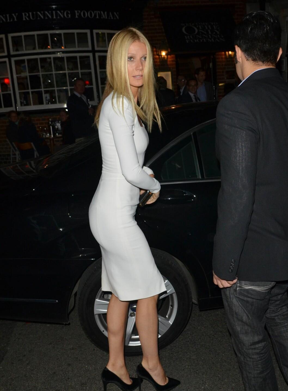 Gwyneth i en ettersittende, hvit kjole. Legg merke til de spisse pumpsene, som setter prikken på antrekket. Foto: All Over Press
