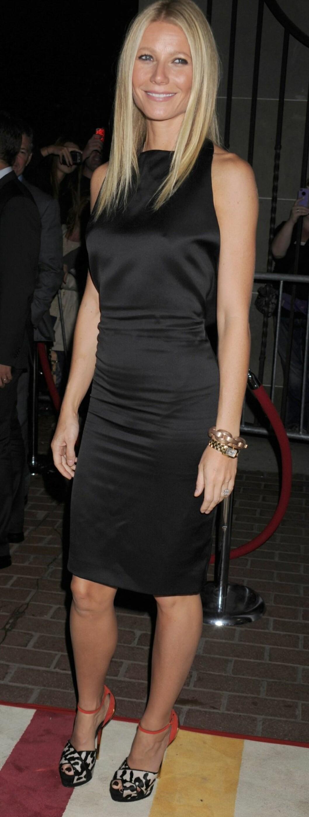 Gwyneth i en enkel silkekjole og tøffe leopardsko. Foto: All Over Press