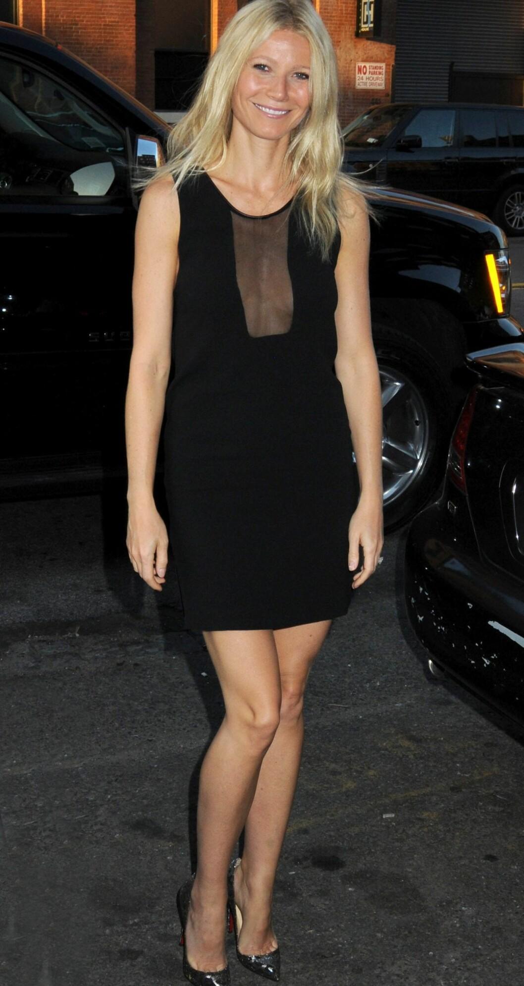 Enkel, men sofistikert stil. Du trenger ingen smykker, når kjolen din har en spennende utringning. Foto: All Over Press