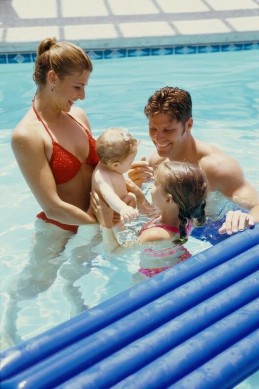 <strong>VASK HELE FAMILIEN FØRST:</strong> I badeland og badeparker er det ekstra viktig at alle familiemedlemmer blir vasket grundig i dusjen før de går i bassenget, og at ingen tisser i vannet. Foto: Getty Images/Purestock