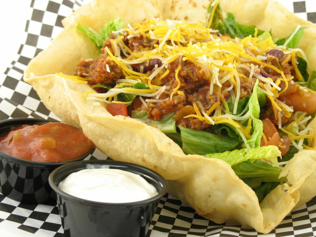 TACOSALAT: Du kan like godt spise vanlig taco, i hvert fall med tanke på inneholdet. De store tacoskjellene som er formet som en salatskål, inneholder ofte mer fett enn vanlige tacoskjell. Foto: PantherMedia / Christy Thompson