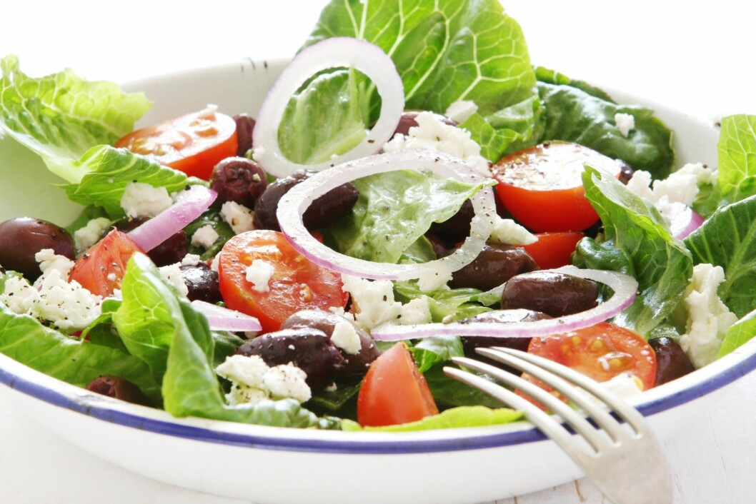 CÆSAR SALAT: Det er sunt, men alt med måte. For mye fetaost, oliven og olivenolje kan fort gjøre salaten til en kaloribombe. Foto: PantherMedia/Robyn Mackenzie