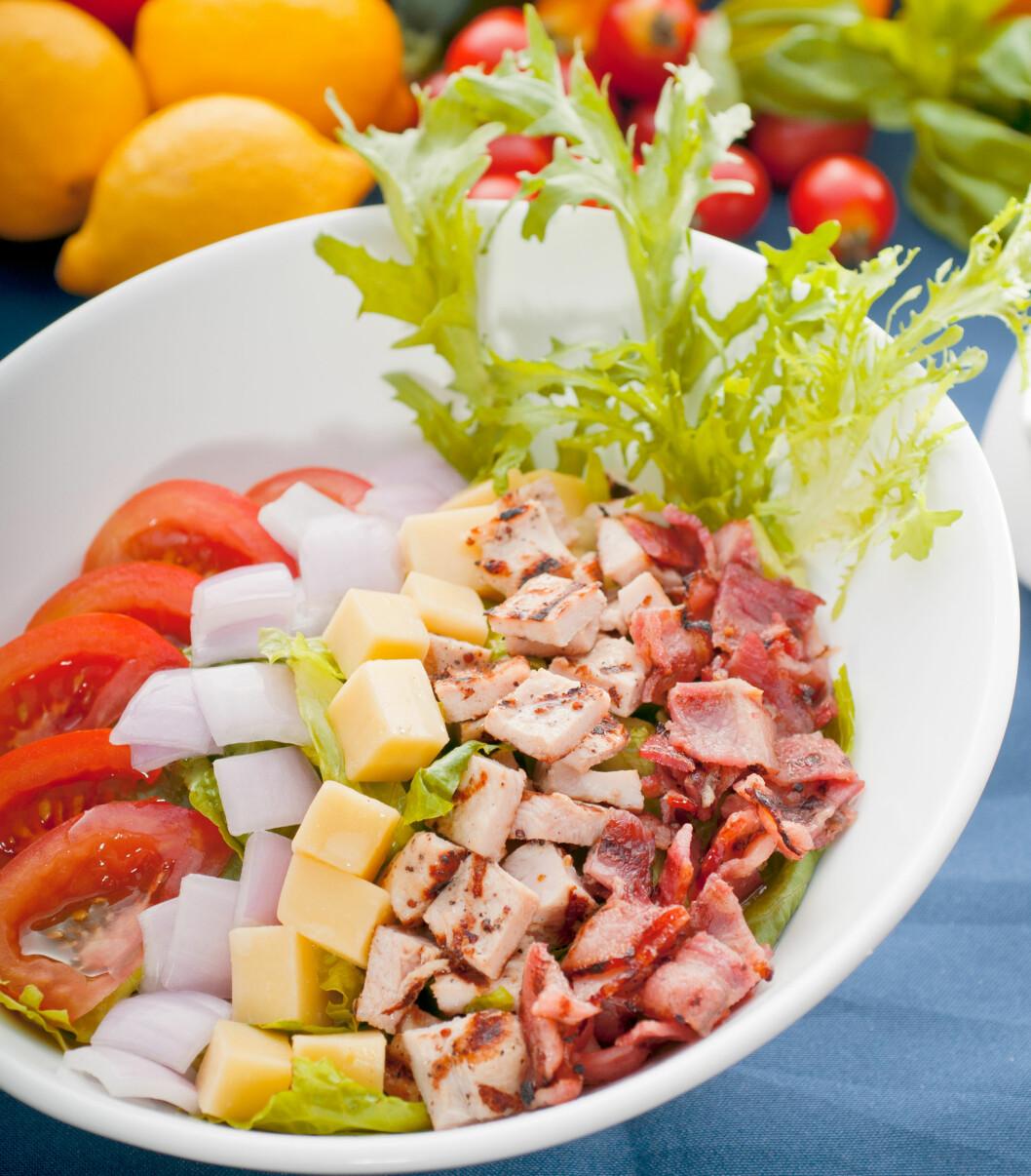 CHEF SALAT: Det finnes ulike typer chef salater. Noen har skinke, andre har skinke og bacon. Men det er stort sett alltid ost og egg å finne blant salatbladene. Foto: PantherMedia / Francesco Perre