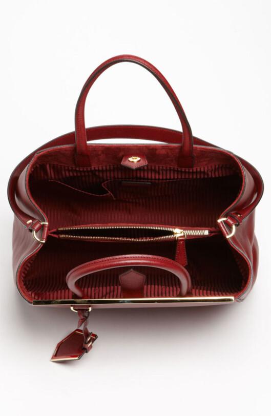 SMART INNDELING: Vesken er utstyrt med en smal lomme med glidelås i midten, hvor du kan ha lommeboken din. Den smale lommen deler også veskeinnholdet i to, som gjør det mer oversiktlig. Foto: Nordstrom