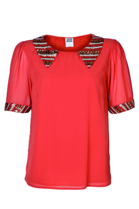 SKJORTE: Detaljer på skjortekragen er hot i år. Vero Moda, kr 299. Foto: Produsenten