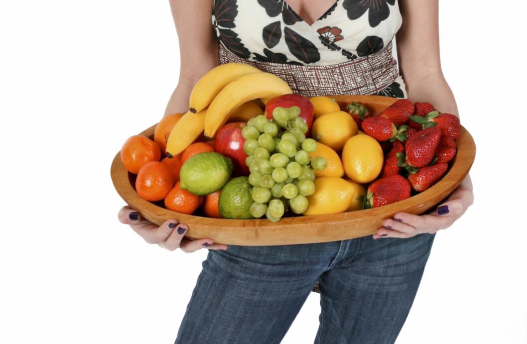 """TO OM DAGEN: To stykker frukt om dagen holder i massevis. Resten av de """"tre av fem"""", bør bestå av grønnsaker. Foto: Getty Images/iStockphoto"""