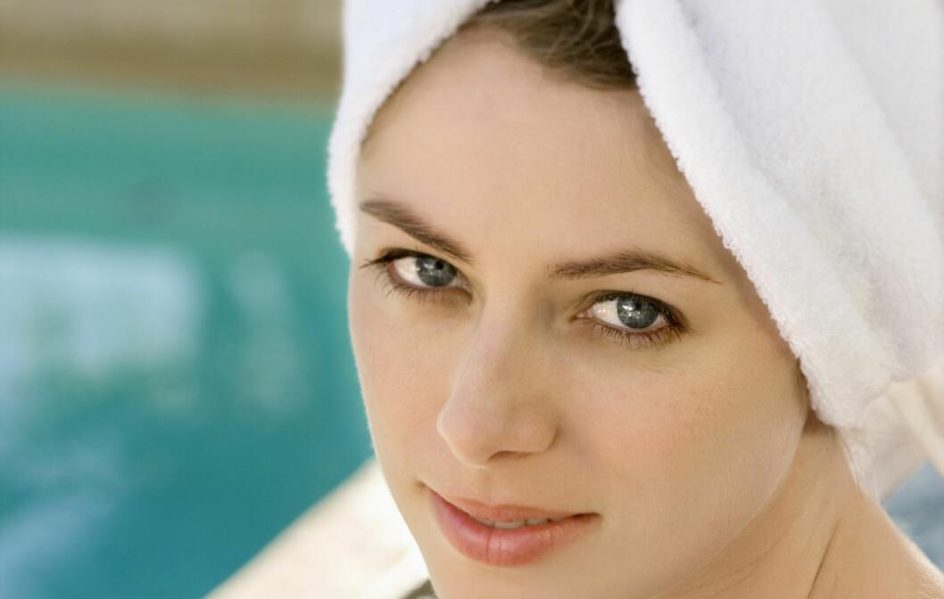 VÆR FORSIKTIG: Vått hår er ekstremt sårbart, så vær forsiktig om du surrer håret inn i et håndkle etter du har vasket det. Foto: Getty Images/Ron Chapple Studios RF