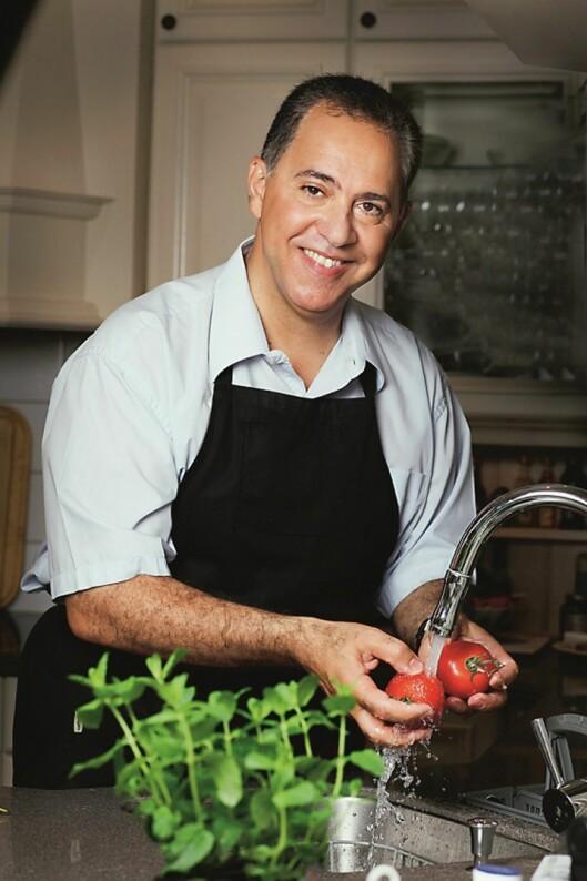 GODT RÅD: Dr. Fedon Lindberg anbefaler at vi alle spiser mer naturlig og rå mat. Foto: Fedon Lindbergs Klinikk