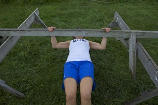 OMVENDT ROING: Her kan du bruke et bord, en benk, stang eller gren og heise seg opp og ned (Foto: Tony Blom-Pettersen).