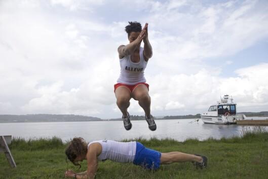 PLANKE MED HOPP: Den som står i planken må hele tiden være bevisst på å unngå svai i ryggen(Foto: Tony Blom-Pettersen).