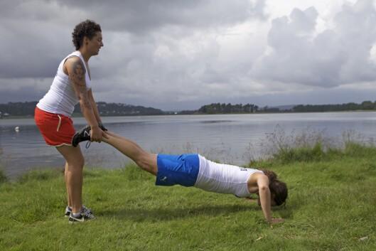 TRILLEBÅR MED PUSHUPS: Gå trillebår og ta push-ups mellom annenhvert skritt.