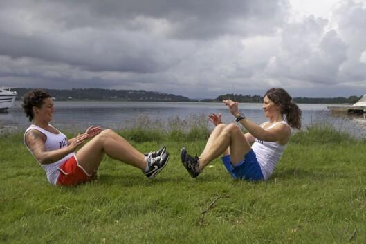 """MAGE: Løft beina opp og lat som dere """"kaster"""" en ball til hverandre (Foto: Tony Blom-Pettersen)."""