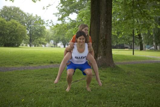 KNEBØY MED BARN: Bøy kneet til det er 90 grader og press opp til utgangsposisjon.