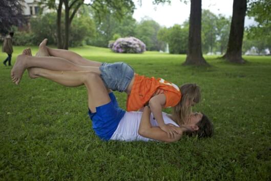 BRYSTPRESS MED BARN: Dette er en morsom og effektiv øvelse som både barn og voksne kan ha glede av.