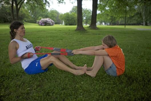 ROING MED BARN: Er du mye sterkere enn barnet ditt, så dra med én og én arm av gangen.