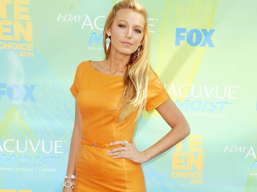 - SPENNENDE FARGEVALG: Gossip Girl-stjernen valgte en klassisk kjole i en vågal farge på den røde løperen til Teen Choice Awards. Trendtoppens brukere elsker det. Foto: All Over Press