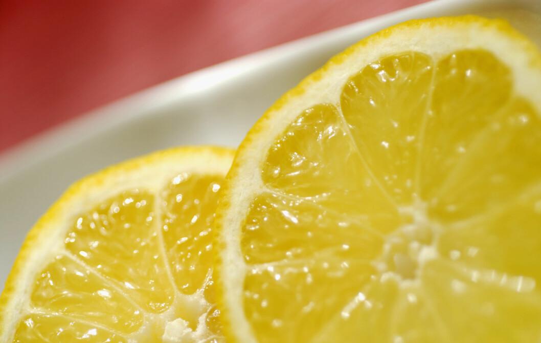 SØRG FOR LITT HVER DAG: Kroppen kan ikke lagre mye c-vitamin av gangen, så det er smart å sørge for et daglig påfyll. Litt sitron i teen eller vannglasset gjør susen. Sjekk flere smarte tips under.