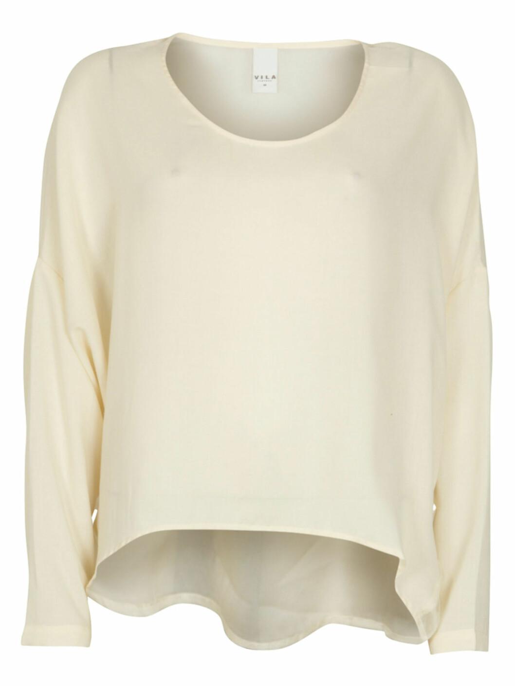 Kremhvit løssittende bluse (kr.250/Vila.bestsellershop.com). Foto: Produsenten