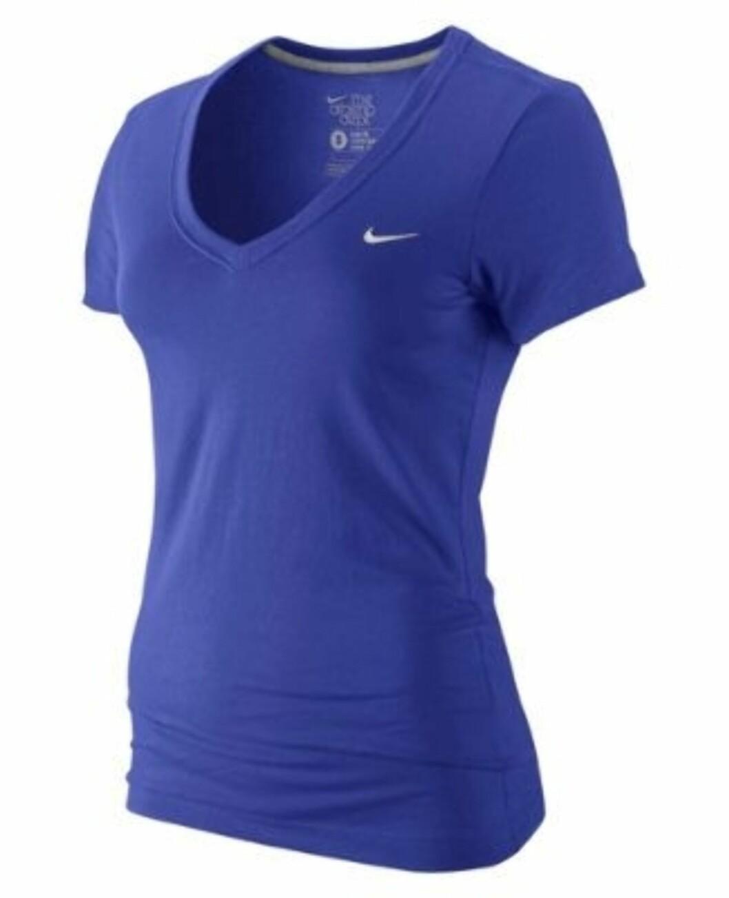 Blå trenings-tskjorte med V-hals fra Nike. 149 kroner fra Gsport.no.  Foto: Produsenten