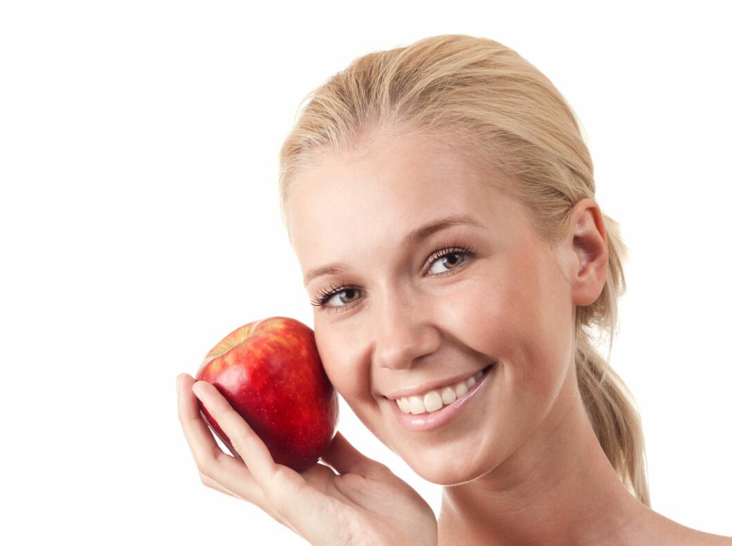 FÅ TILBAKE DET HVITE SMILET MED MAT: Akkurat som enkelte matvarer bidrar til gule tenner, finnes det også mye du kan spise for å få hvitere tenner, mener kosmetisk tannlege Timothy Chase. Foto: Colourbox.com