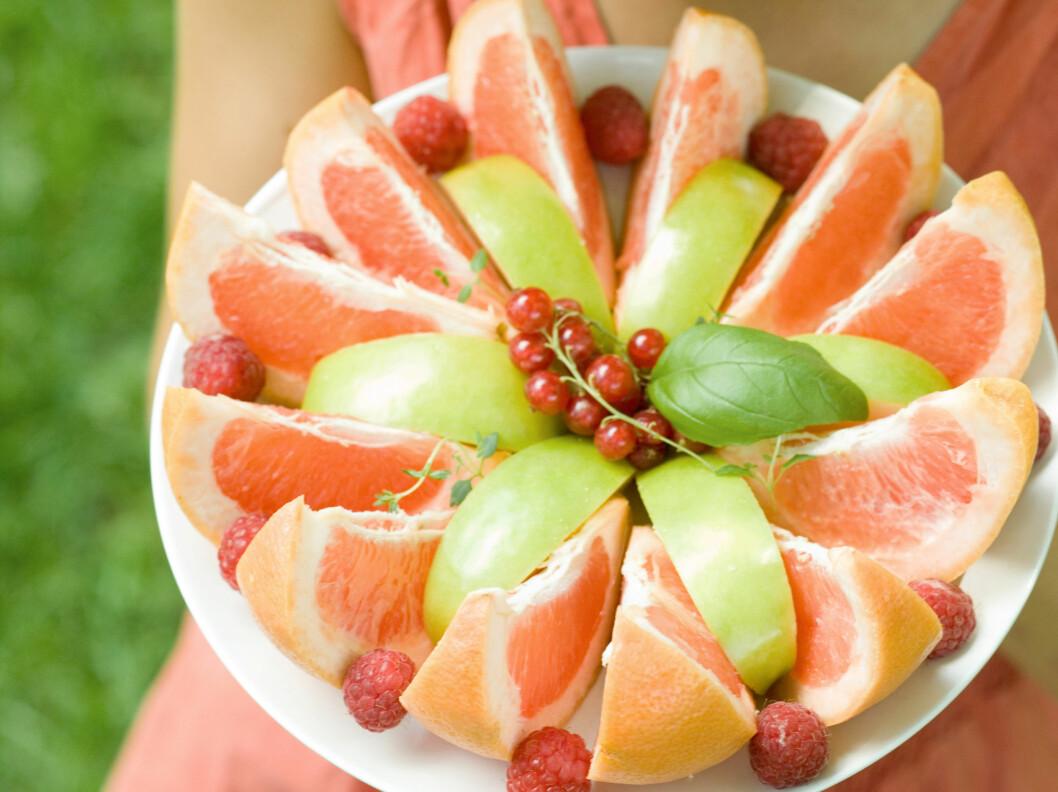 VANSKELIG Å SPISE NOK: Gjør frukt til en del av kostholdet og hverdagen din. I løpet av arbeidsdagen kan frukt skjerpe konsentrasjonen din og dempe sulten. Foto: Colourbox.com