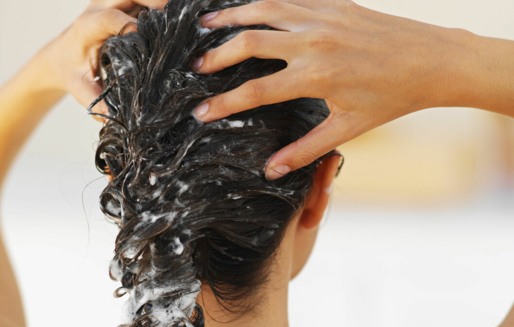 UNNGÅ DETTE: Ikke ha balsam eller hårkur for nær hodebunnen. Da risikerer du å få fortere fett hår.  Foto: Getty Images