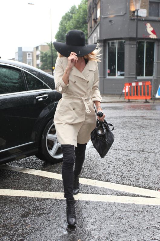 TIL FLUFFY 70-TALLSHATT: Supermodell Kate Moss på shopping i Notting Hill i London i slutten av juni i beige trenchcoat stylet med smale svarte jeans, hatt og snørestøvletter.  Foto: All Over Press