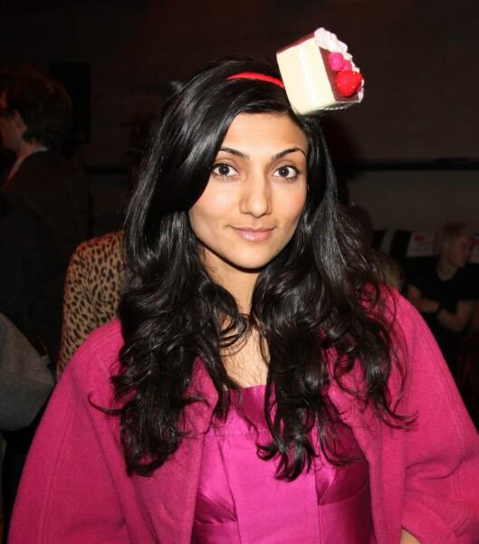 KAKESTYKKE: Musikkartist Samsaya hadde på seg hårbøyle med kakestykke fra Fam Irvoll under Oslo Fashion Week i 2009. Foto: Cecilie Leganger