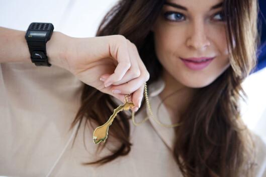 CASIO-KLOKKE: Charlotte Thorstvedt kombinerer Casio-klokke med feminin blyse og smykke fra Celine Engelstad. Foto: Per Ervland