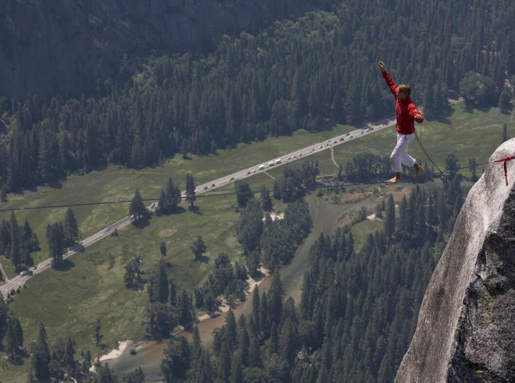 Houlding balanserer på slakk line i Yosemite National Park i 2006.  Foto: Berghaus