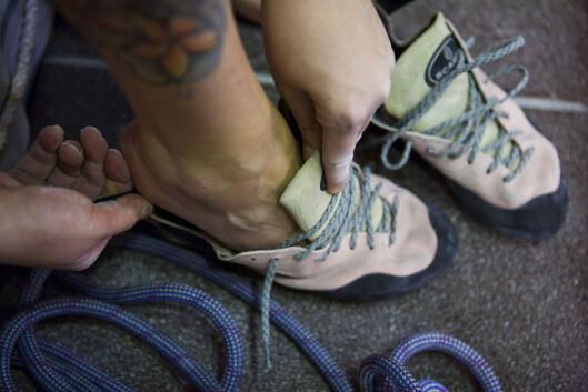 <strong>SMÅ SKO:</strong> Her får Ida Bergstrøm på seg skoene før hun testet evnene i klatreveggen i fjor.