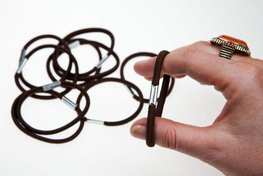 DÅRLIG ALTERNATIV: Metallskjøt i strikken utsetter håret ditt for unødig slitasje.