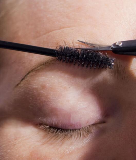 STUSSING: Ønsker du rette og beine bryn, kan du stusse dem. Dra opp hårene ved hjelp av en maskarakost og stuss hårene som stikker opp. Foto: Per Ervland